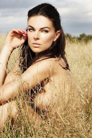 actress Serinda Swan 21 years uncovered foto in public