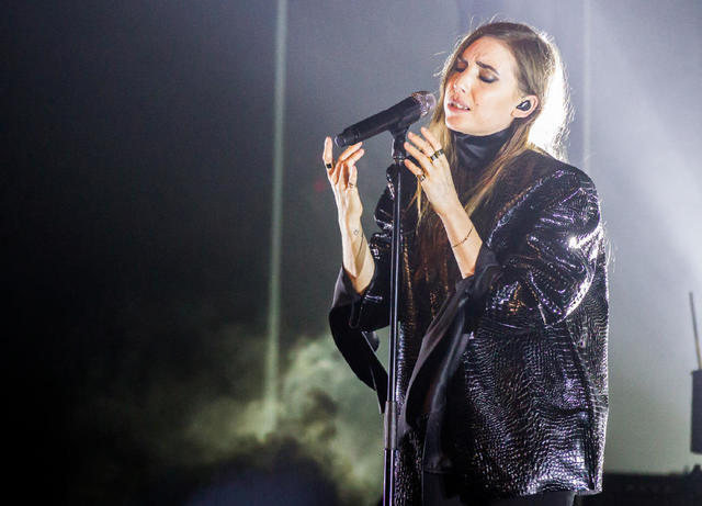 actress Lykke Li 18 years hooters photography in the club