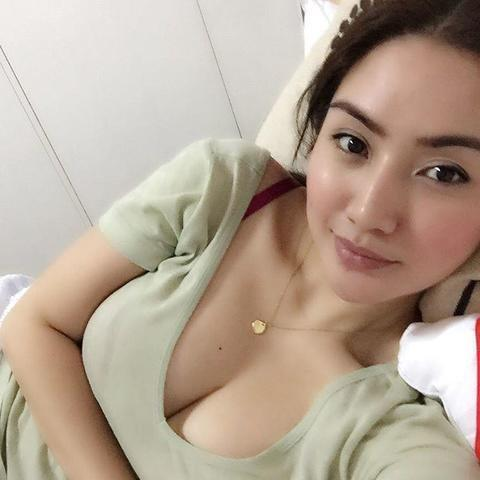 models Carmina Villaroel 21 years natural photo in public