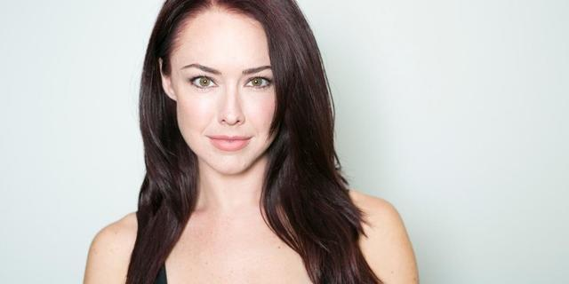 actress Lindsey McKeon 23 years mammilla picture home