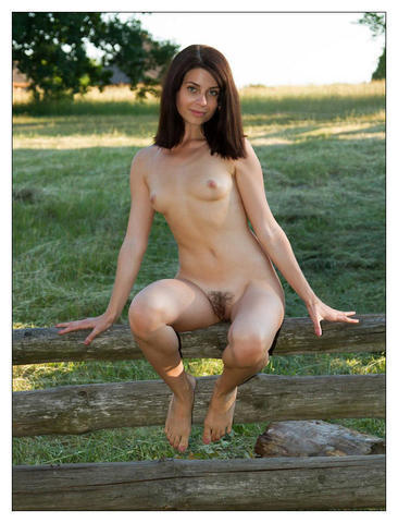 celebritie Lauren Hewett young naked foto in public
