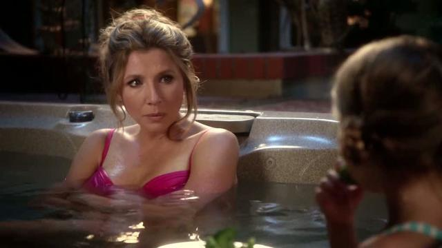 actress Sarah Chalke 22 years Without camisole photos in the club