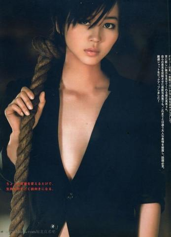 celebritie Maki Horikita 21 years denuded photoshoot in public