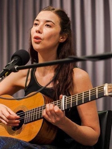 celebritie Lisa Hannigan 24 years Without camisole image beach