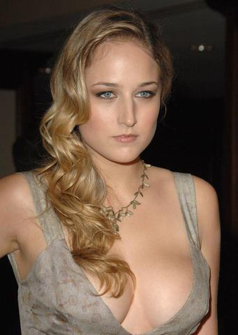 celebritie Leelee Sobieski 19 years Without panties photography home