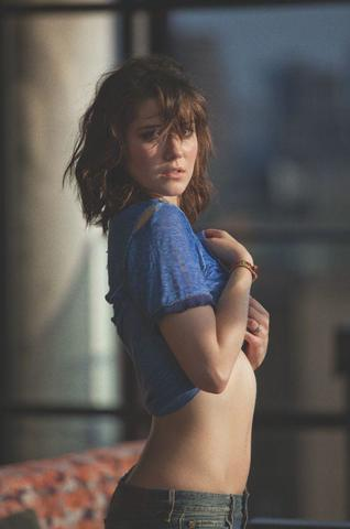 actress Mary Elizabeth Winstead young in the altogether photography beach