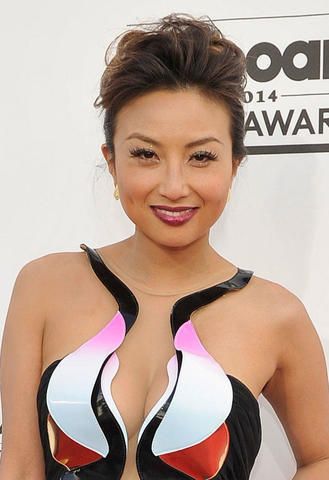 actress Jeannie Mai 20 years stripped foto in public