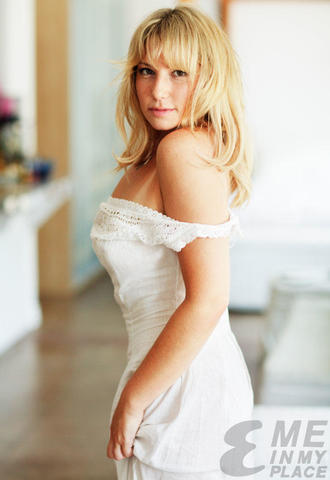 actress Ari Graynor 19 years indecent photoshoot in public