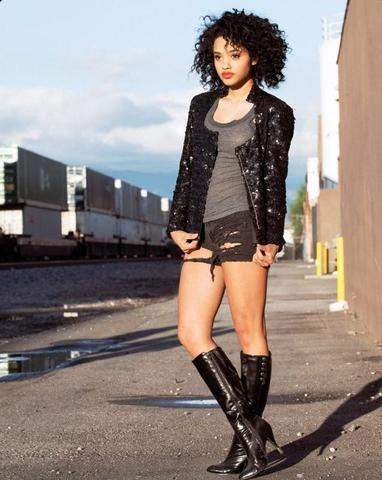 celebritie Kiersey Clemons 19 years bare photography in public