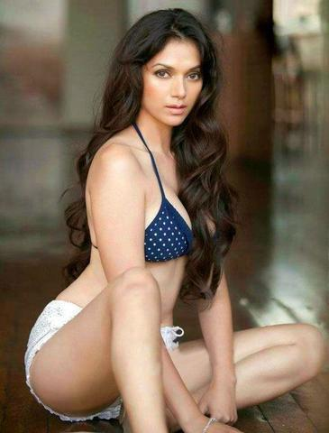 actress Aditi Rao Hydari young Without brassiere foto in the club