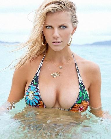 celebritie Brooklyn Decker 22 years k-naked photoshoot in public