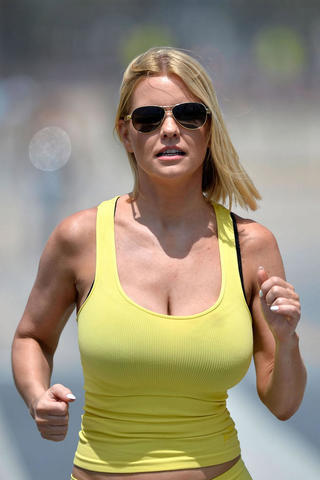 actress Carrie Keagan 25 years pussy snapshot in public