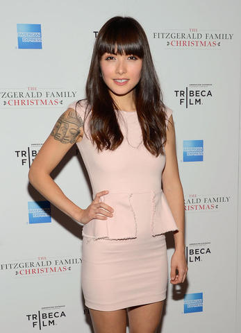 celebritie Daniella Pineda 19 years Without camisole photography in the club