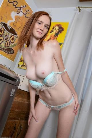 models Cassidy Lynn 20 years salacious picture home