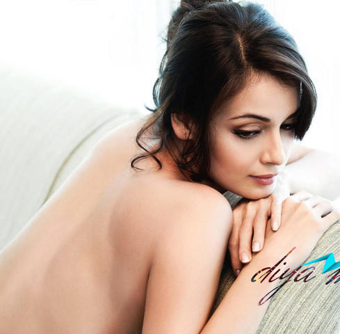 actress Dia Mirza 18 years leafless photo in the club
