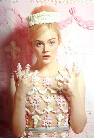 models Elle Fanning 21 years leafless foto in the club
