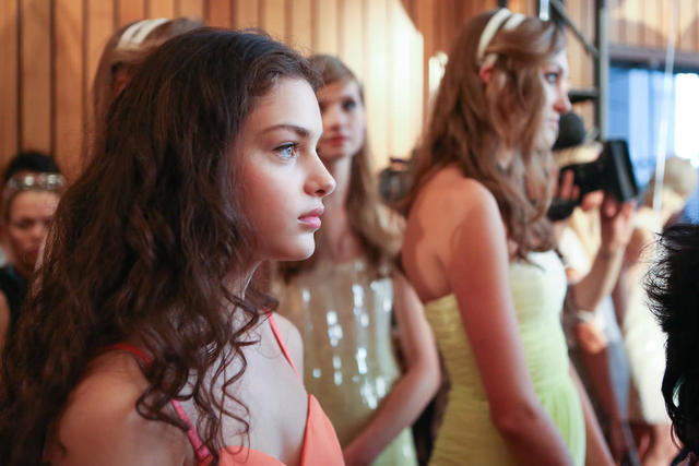 actress Odeya Rush 23 years impassioned foto in the club
