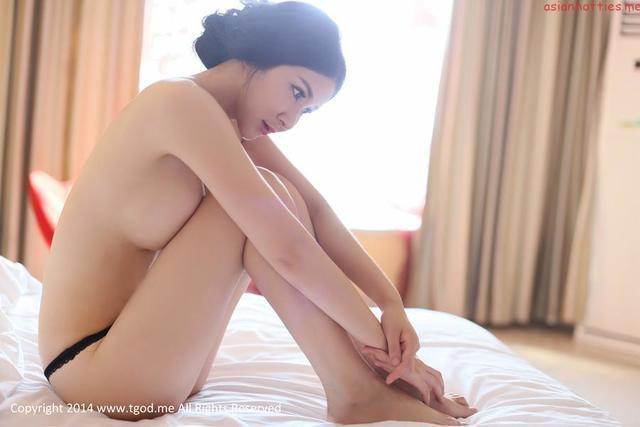 celebritie Xinyi Zhang 21 years obscene foto in public