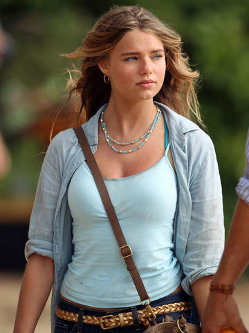 actress Indiana Evans young leafless foto beach