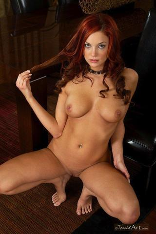 celebritie Jayden Cole 18 years Without brassiere picture in the club