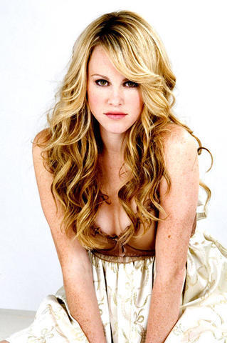 celebritie Julie Berman 19 years bare photography in the club
