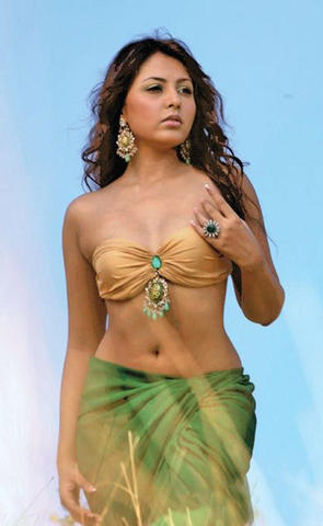 actress Madhu Shalini 18 years teat foto beach