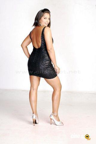 celebritie Meghna Naidu teen bare photoshoot in public