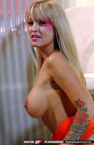 actress Fallon Sommers 18 years obscene photography in the club