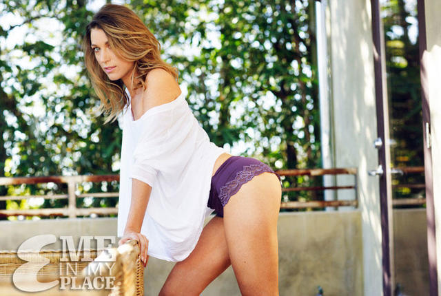 celebritie Natalie Zea 19 years Without panties foto beach
