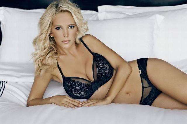 Hot photoshoot Luisana Lopilato tits