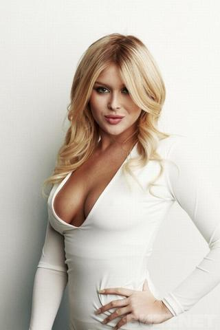 celebritie Renee Olstead 20 years sensuous snapshot in the club