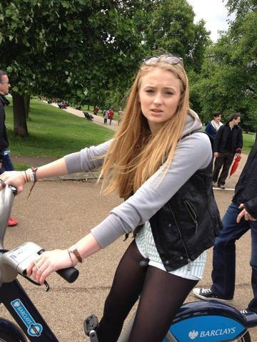 actress Sophie Turner 19 years unmasked foto in public