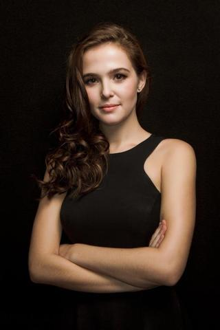 models Zoey Deutch 22 years bosom art in public