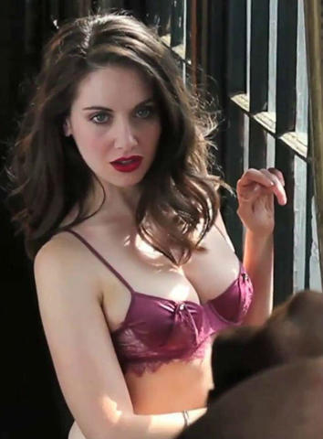 celebritie Alison Brie 22 years amative photoshoot home