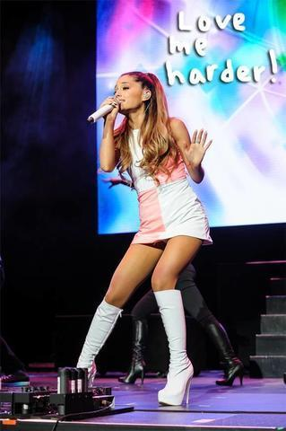celebritie Ariana Grande 22 years prurient foto in the club