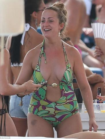 models Natalie Cassidy 24 years provocative photo beach