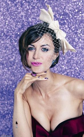 celebritie Katherine Kelly 25 years unmasked snapshot in public