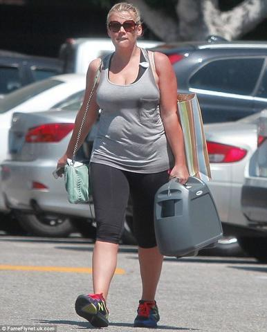 celebritie Busy Philipps 22 years melons art in public