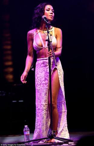 actress Jhene Aiko 20 years Without bra foto in the club