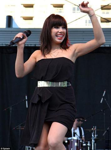 celebritie Carly Rae Jepsen 20 years drawn photo in public