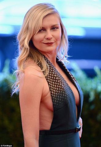 actress Kirsten Dunst 24 years nudity photography in the club