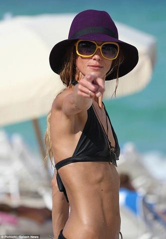 actress Sharni Vinson 18 years bawdy snapshot in the club