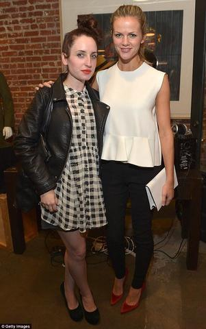 celebritie Zoe Lister-Jones 21 years mammilla foto in public