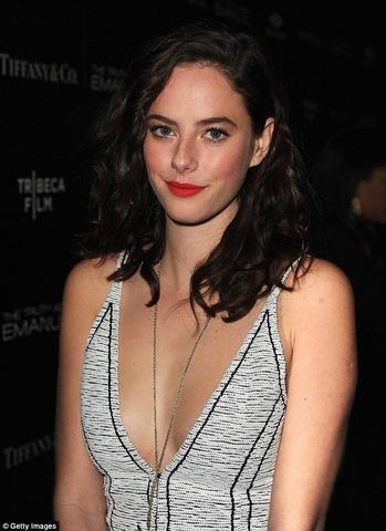 celebritie Kaya Scodelario 19 years breasts photos in the club