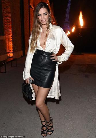 celebritie Amber Le Bon 24 years Without bra picture home