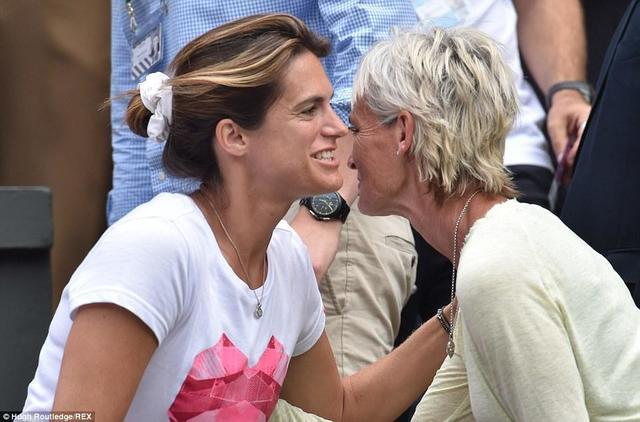 celebritie Amélie Mauresmo 18 years unsheathed foto in the club
