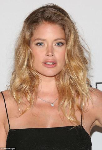 celebritie Doutzen Kroes 25 years k-naked snapshot in the club