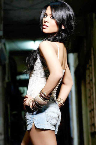 actress Sana Saeed 25 years Without swimming suit art in the club