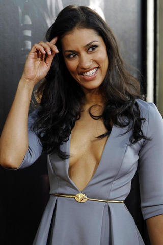 celebritie Janina Gavankar 2015 overt image in the club