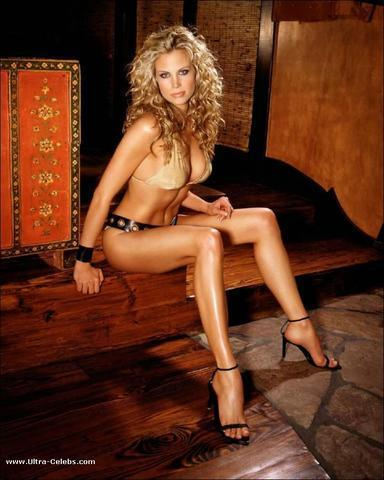 actress Brooke Burns 25 years tits foto in the club